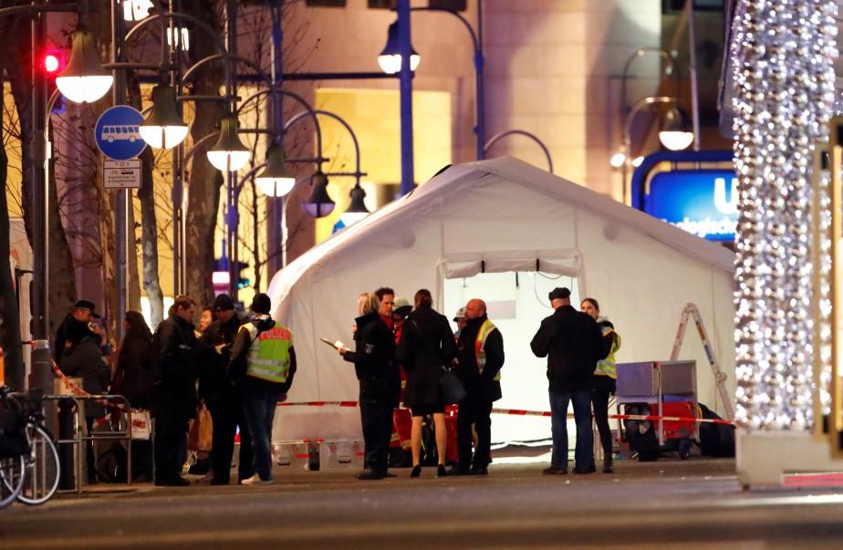 Des enquêteurs à l'oeuvre près du site où s'est produite la tragédie. (Photo REUTERS)