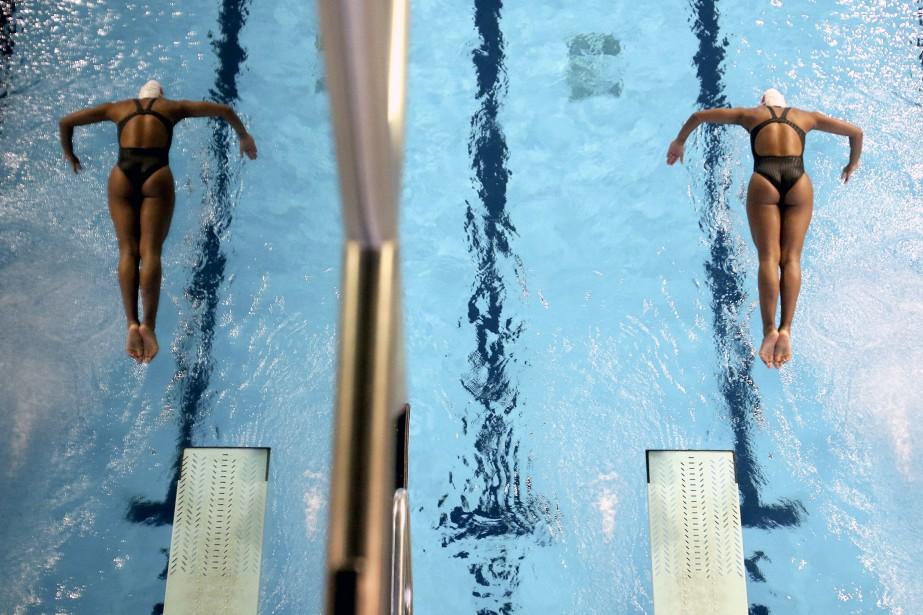 Jennifer Abel s'entraîne en solo, bien que sa réflexion fasse croire à un plongeon en synchro, le6 avril dernier à Gatineau, en préparation à la Coupe Canada de plongeon. | 19 décembre 2016