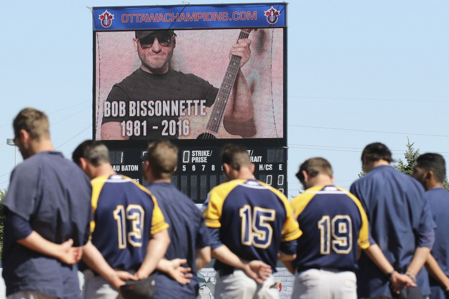 Les Champions d'Ottawa ont observé une minute de silence à la mémoire de Bob Bissonnette, le 5 septembre dernier, avant une partie contre les Capitales de Québec. | 19 décembre 2016