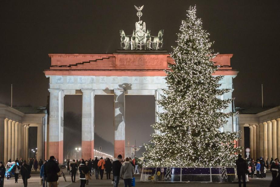 De chaque côté de la Porte de Brandebourg,... (PHOTO AFP)