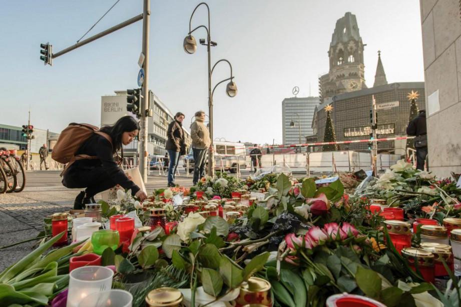 Des bougies et des fleurs ont été déposées... (Photo Clemens Bilan, Agence France-Presse)