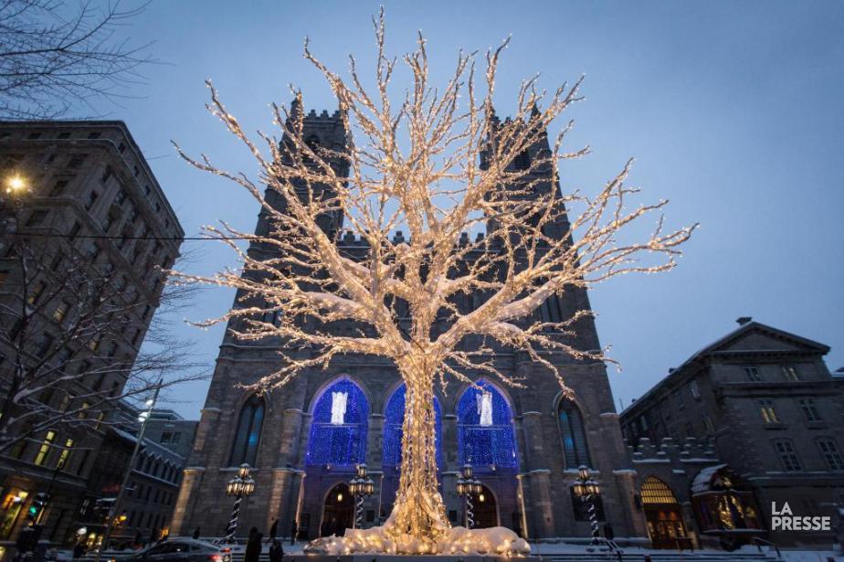 L'arbre de lumière de la Place d'Armes.... (PHOTO SIMON GIROUX, LA PRESSE)