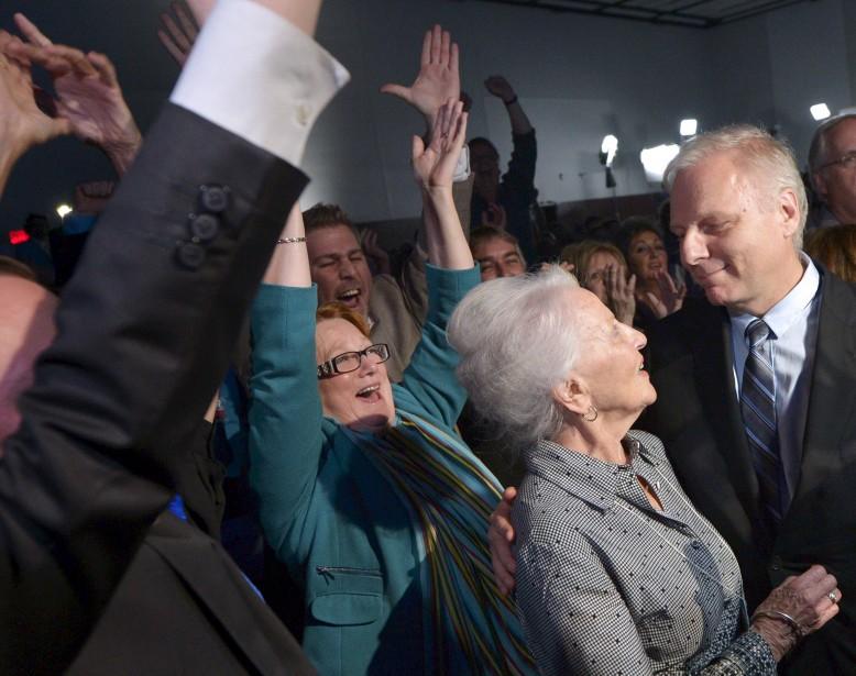 Le 7 octobre, au Centre d'expositions et de congrès de Lévis, Jean-François Lisée a causé la surprise en devenant chef du Parti québécois, avec une victoire sur le favori, Alexan-dre Cloutier. Après le dévoilement du scrutin, Lisée a reçu les félicitations de sa mère. (Le Soleil, Yan Doublet)