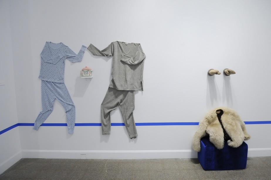 <i>Objets d'hiver</i><i>   </i>Le troisième mur, séparé par une bande bleue, met en scène des éléments qui permettent d'imaginer facilement toute une scène. (Photo Le Progrès-dimanche, Gimmy Desbiens)
