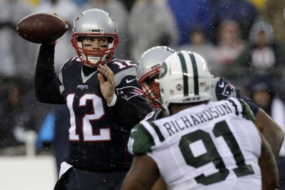 Tom Brady a complété trois passes de touché et les Patriots de la... (Photo AP)