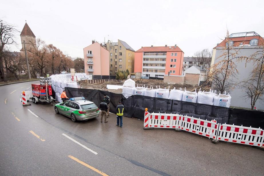 Des policiers patrouillent autour d'une zone qui a... (Tobias Hase, AFP)