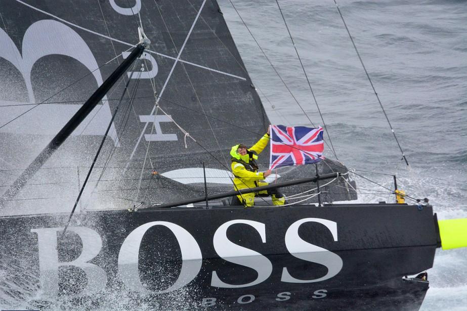 Alex Thomson à bord de son bateau.... (VENDEE GLOBE AND NEFERTITI, archives AFP)