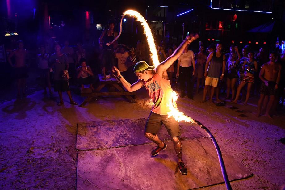 Jusqu'à 30000personnes, en majorité des jeunes voyageurs occidentaux,... (PHOTO LILLIAN SUWANRUMPHA, ARCHIVES AFP)