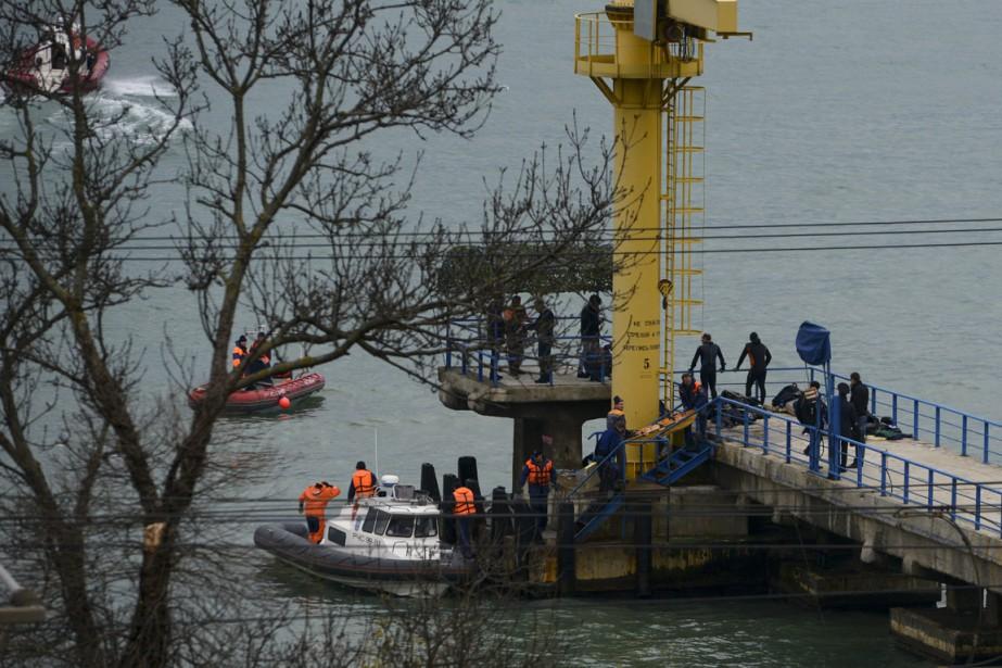 Des secouristes ont récupéré des débris de l'avion qui s'est écrasé dans la mer Noire. (PHOTO AP)