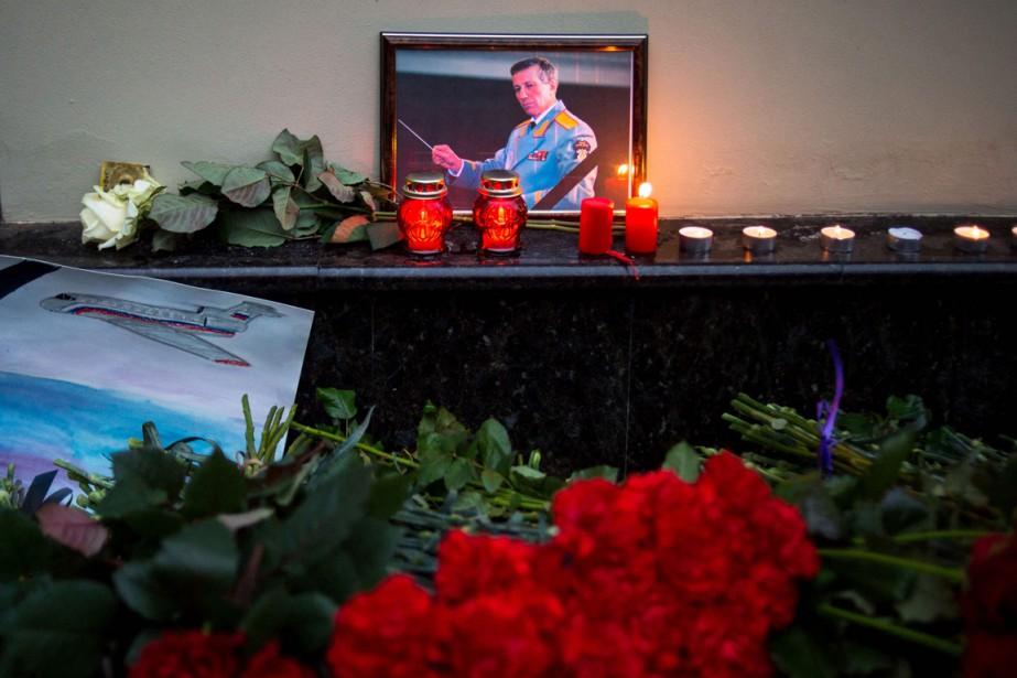 Le directeur des choeurs de l'Armée rouge, Valéri Khalilov, compte parmi les victimes. Son portrait a été déposé au mémorial installé à l'extérieur de la salle de spectacle de l'Ensemble Alexandrovà Moscou. (PHOTO AFP)