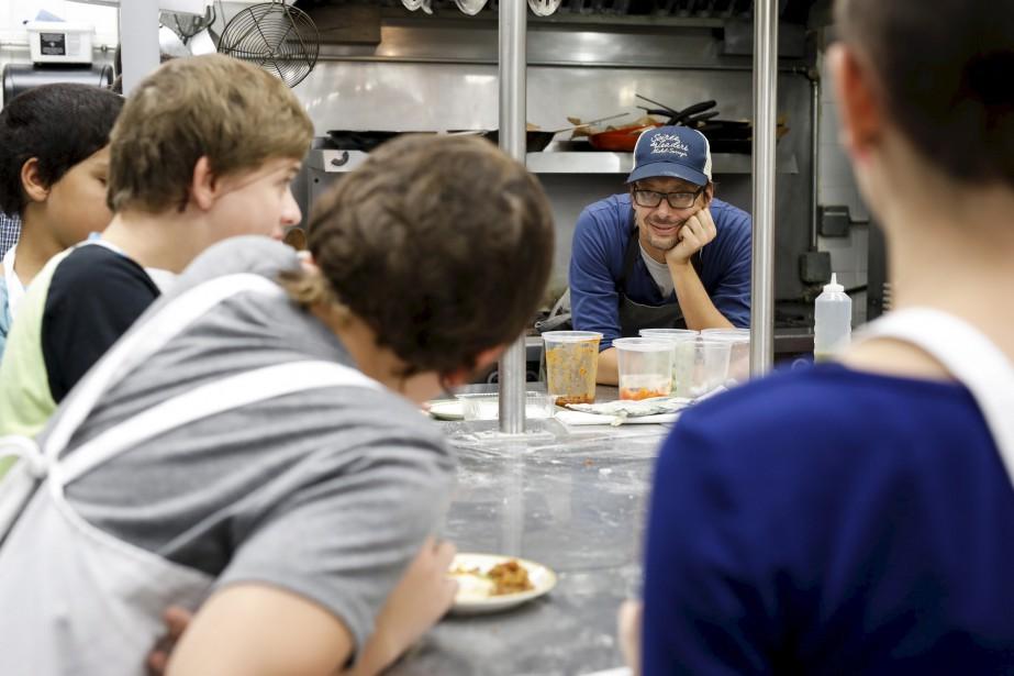 Le 12 octobre, le chef du Ciel!, David Forbes, est venu enseigner à une dizaine de gamins du Pignon bleu, dans le quartier Saint-Sauveur, l'art de cuisiner les gnocchis. (Le Soleil, Caroline Grégoire)