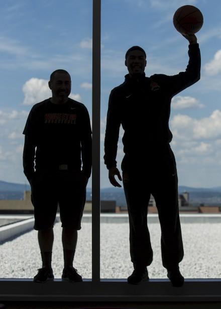 En contre jour, l'entraîneur de l'équipe masculine de basketball du Rouge & Or, Jacques Paiement Jr, avec l'un de ses joueurs. (Le Soleil, Caroline Grégoire)
