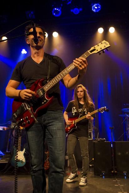 Le 19 octobre, Dweezil Zappa, fils du légendaire guitariste, a invité un jeune musicien de la Beauce, Jacob Deraps (à l'arrière plan) à monter sur la scène de L'Impérial, le temps d'un morceau. (Le Soleil, Caroline Grégoire)