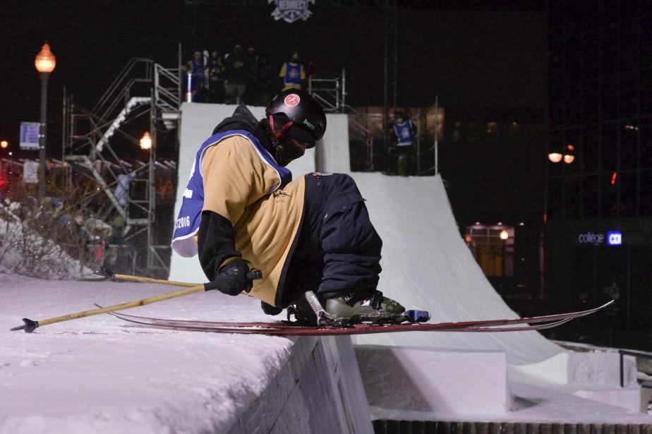 Un participant de l'épreuve de ski urbain Red Bull ReDirect sur le point de se lancer du haut d'une balustrade. La scène se passait le 12 février, à Place d'Youville. (Le Soleil, Caroline Grégoire)