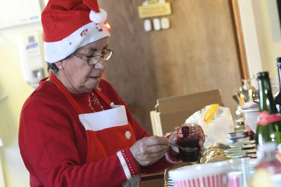 Les bénévoles ont servi le repas aux aînés. (Photo Le Quotidien, Michel Tremblay)