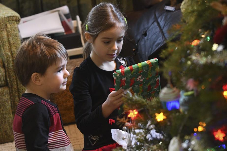 Des petits lutins ont distribué les cadeaux aux aînés. (Photo Le Quotidien, Michel Tremblay)