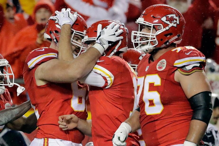Alex Smith des City Chiefs (2e à droite)... (Charlie Riedel, AP)