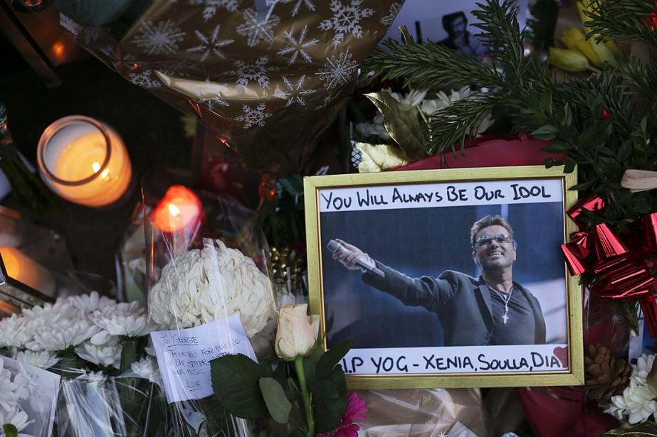 Des fans ont déposé lundi des fleurs, bougies... (PHOTO DANIEL LEAL-OLIVAS, AFP)