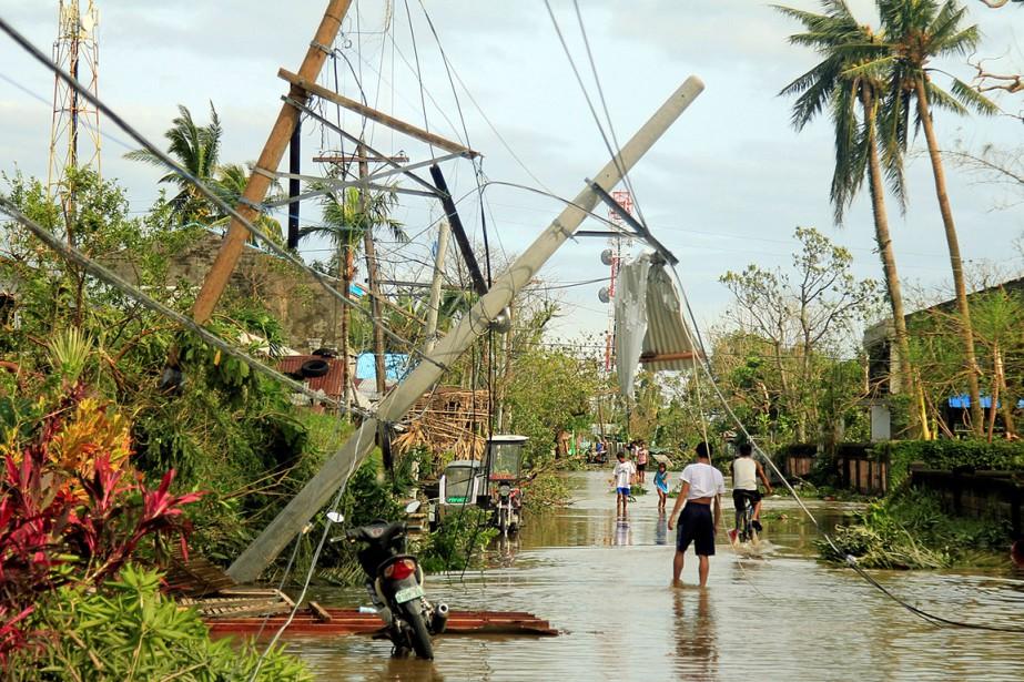 Ce typhon très tardif pour la saison a... (Renellyn Loaquinario, REUTERS)