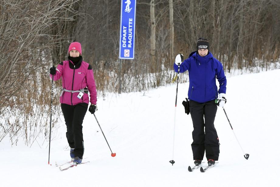 Les soeurs Kathleen et Véronique Marceau ont fait une petite balade en ski de fond, lundi, au parc Rivière-du-Moulin de Chicoutimi. «Ça va nous faire digérer les soupers de Noël!», a lancé Véronique Marceau, avant de s'élancer dans les pistes. (Photo Le Quotidien, Rocket Lavoie)