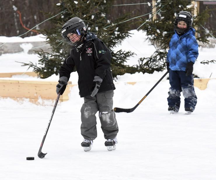 Plusieurs petits garçons ont profité de ce lendemain de Noël pour disputer une partie de hockey sur la patinoire du parc Rivière-du-Moulin. (Photo Le Quotidien, Rocket Lavoie)