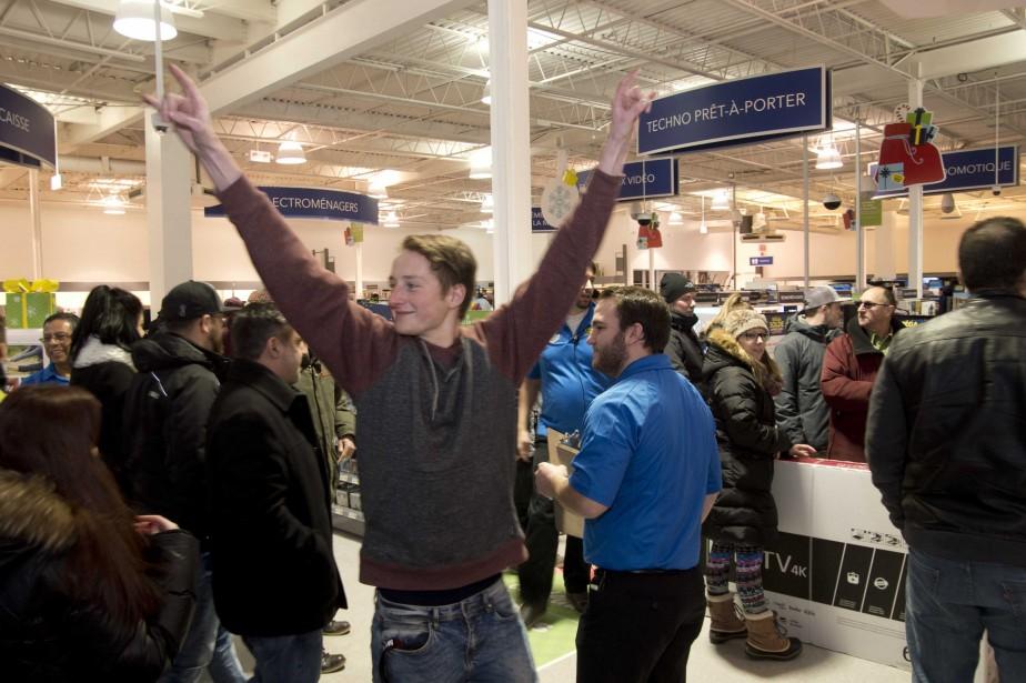 Ce client était heureux d'entrer au Best Buy de Trois-Rivières. (Sylvain Mayer)