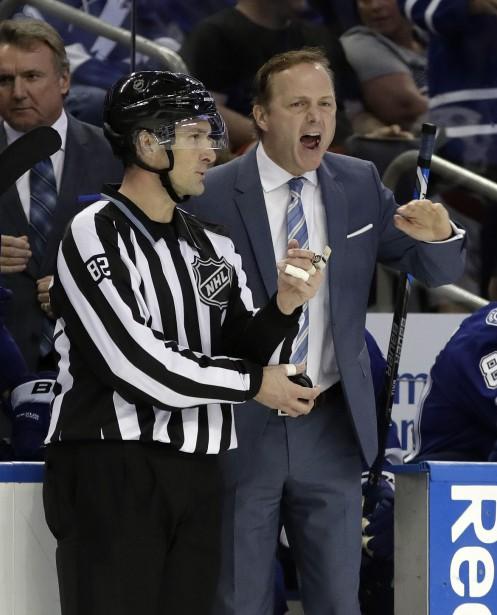 L'entraîneur du Lightning Jon Cooper exprime son mécontentement après qu'un arbitre ait décerné une punition à un de ses joueurs. (Photo Chris O'Meara, AP)