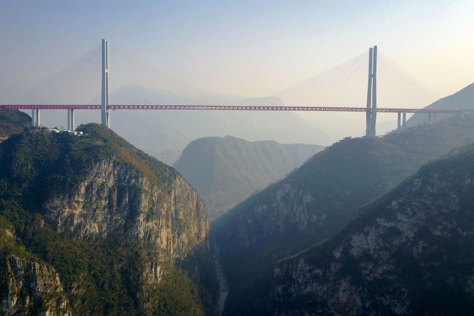 Le pont Beipanjiang, long de 1341mètres, culmine à... (PHOTO STR / AFP)