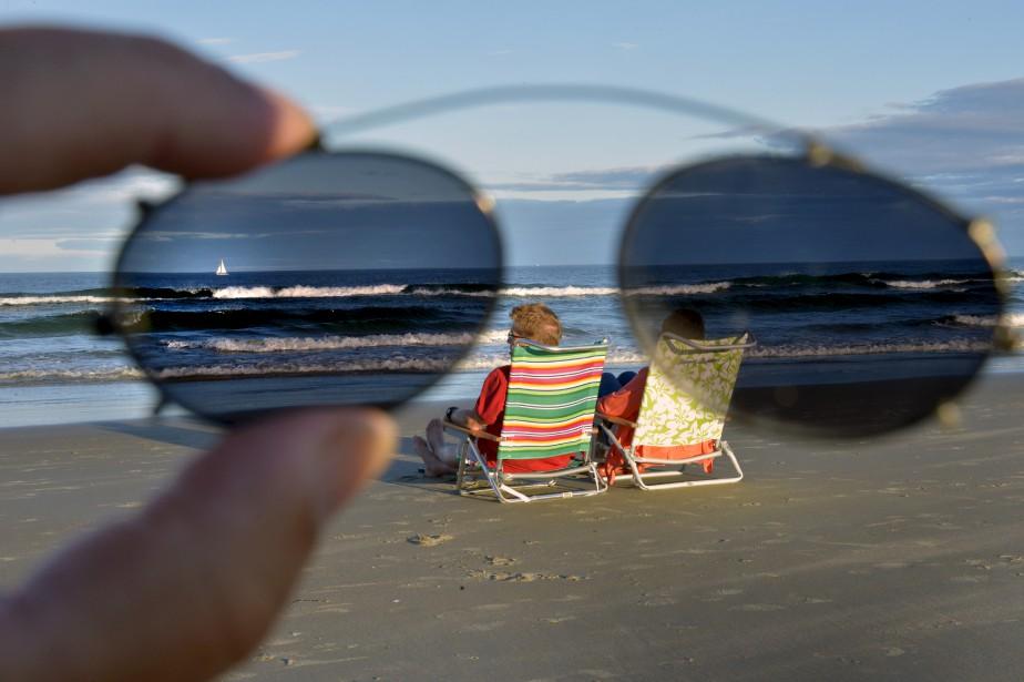 En vacances à Ogunquit, cet été, Jean-Marie a saisi cette photo stylisée d'un couple admirant l'océan, à travers une paire de lunettes teintée. Un instant magique qu'il fait bon se remémorer lors des grands froids d'hiver... (Le Soleil, Jean-Marie Villeneuve)