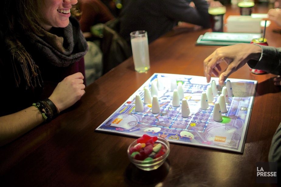 Se rassembler autour d'un jeu de société... (Photo André Pichette, La Presse)
