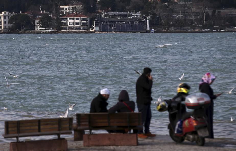 Plusieurs personnes présentes à l'intérieur du Reina (haut de la photo) ont plongé dans les eaux glacées du Bosphore pour échapper à la mort, selon les médias turcs. (AP, Emrah Gurel)