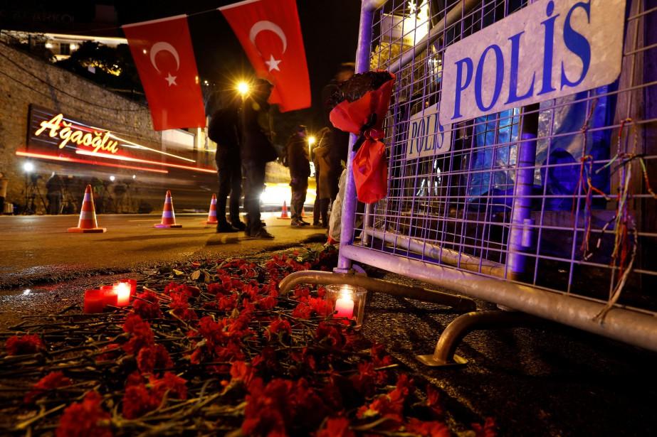 Des fleurs et des chandelles ont été déposées... (Photo Reuters)