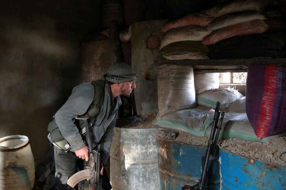 Un soldat des forces rebelles en banlieue de... (REUTERS)
