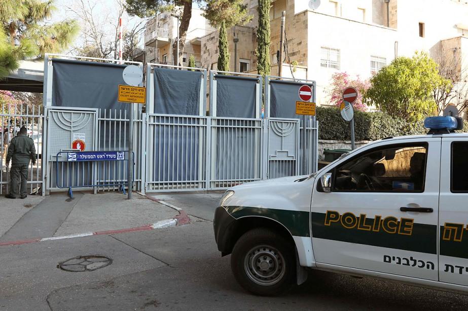 Les gardes autour de la résidence officielle de... (GALI TIBBON, AFP)