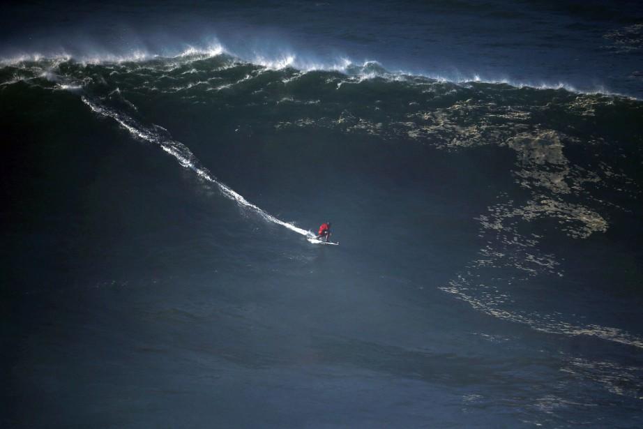Le surfeur brésilien Marcelo Luna affronte les vagues... (REUTERS)