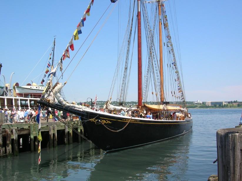 Le célèbre Le BLUENOSE II au pavillon canadien, ambassadeur à voile international, a comme port d'attache Lunenburg, en Nouvelle-Écosse. Sa mission est de promouvoir le tourisme. (Photo tirée du site de RDV 2017)