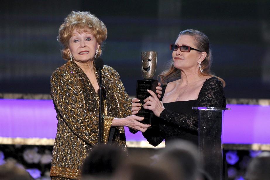 Carrie Fisher (à droite) et sa mère Debbie... (Photo Vince Bucci, ARCHIVES Invision/AP)