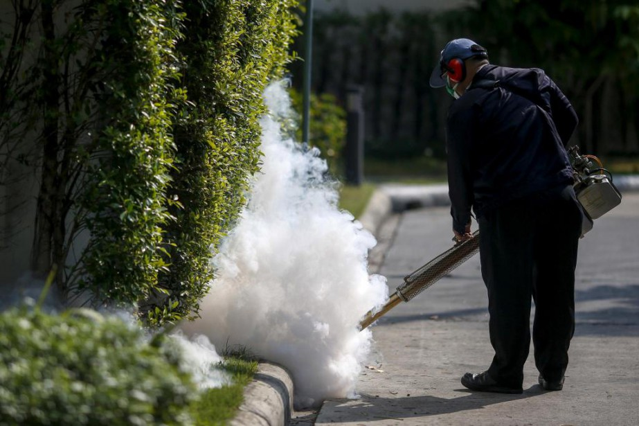 Un travailleur fumige une résidence pour éradiquer le... (PhotoAthit Perawongmetha, archives Reuters)
