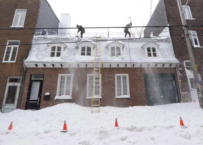 Les toits aussi doivent être déneigés. (Le Soleil, Yan Doublet)