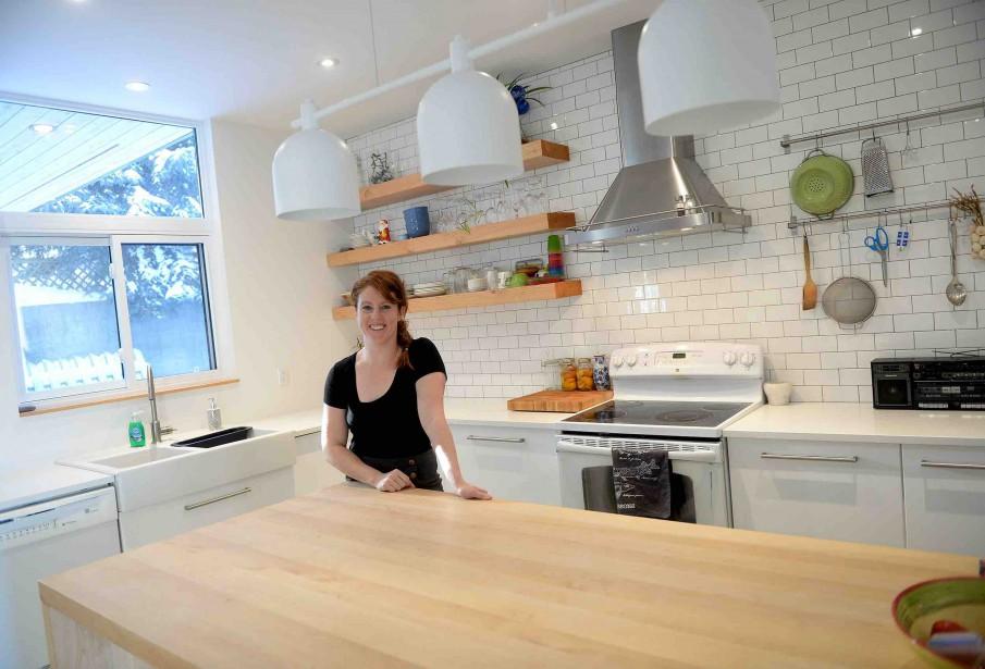 Le bois apporte de la chaleur à cette cuisine contemporaine. Les proprios, Frédérique Saucier (photo) et Philippe-Antoine Lehoux, ont beaucoup magasiné chez IKEA. (Le Soleil, Erick Labbé)