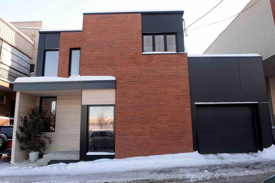 Le parement de brique est un «clin d'oeil» à la brique d'argile propre aux maisons du quartier. Le cèdre blanc et les panneaux de fibrociment complètent la liste des matériaux extérieurs. (Le Soleil, Erick Labbé)