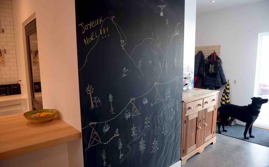 L'entrée, à droite, est séparée des espaces de vie par un «seuil» dont les murs et le plafond sont recouverts de peinture à la craie. (Le Soleil, Erick Labbé)