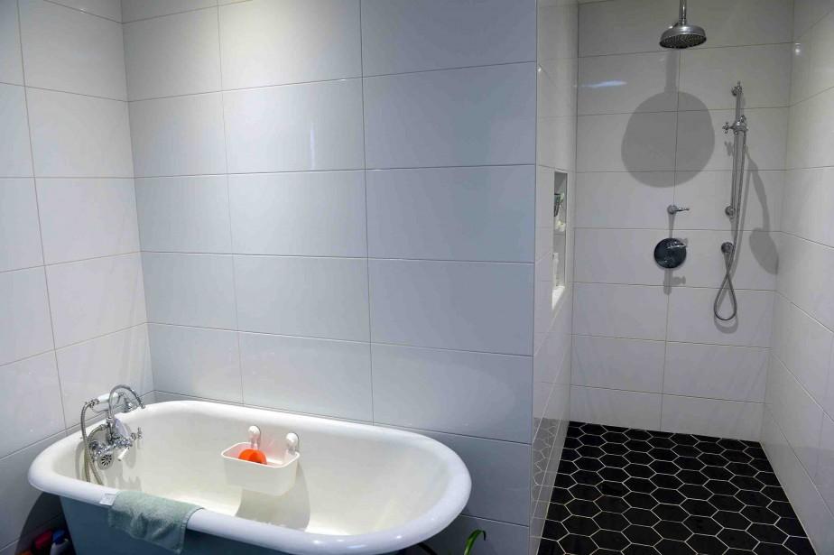 Très pratiques, cette douche à l'italienne (sans porte) et ces deux pommeaux qui permettent «de doucher massivement», illustre Frédérique. (Le Soleil, Erick Labbé)
