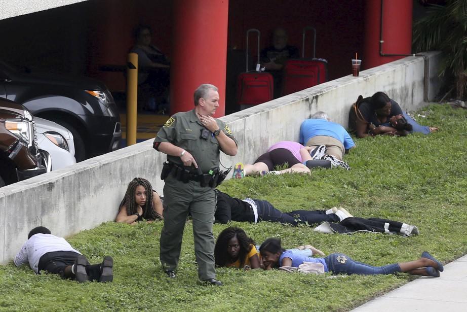 Un témoin a raconté que le tireur avait... (AP, Mike Stocker)