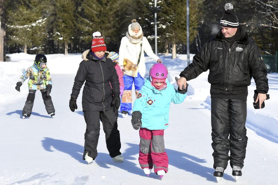 Samedi matin, quelques familles ont profité de l'ouverture du parc Mille lieux de la colline pour patiner. (Photo Le Progrès-Dimanche, Rocket Lavoie)