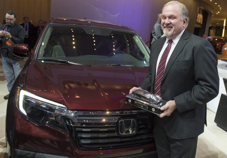John Mendel, vice-président d'American Honda Motor Co., a reçu le trophée du pick-up nord-américain de l'année, décerné au Honda Ridgeline, au Salon de l'auto de Détroit (AFP)