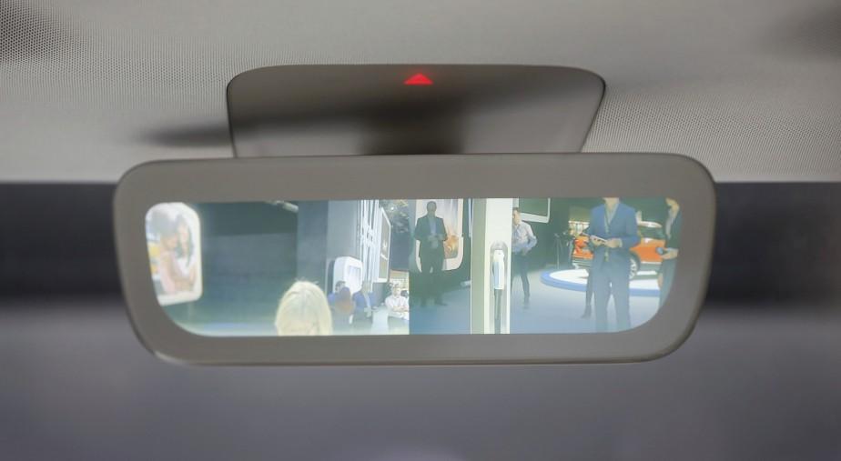 Des visiteurs au Salon de l'auto de Détroit, tel que vus dans la rétrocaméra du Volkswagen I.D. Buzz. (REUTERS)