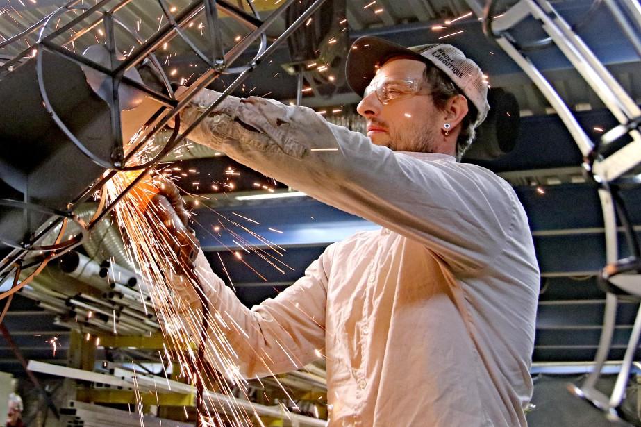 Un soudeur à l'action dans l'usine de Acmé Décors. (PATRICK WOODBURY, Le Droit)