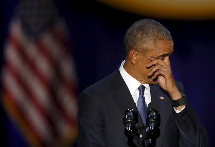 Barack Obama essuie ses larmes après avoir remercié sa femme, Michelle Obama. (AP)