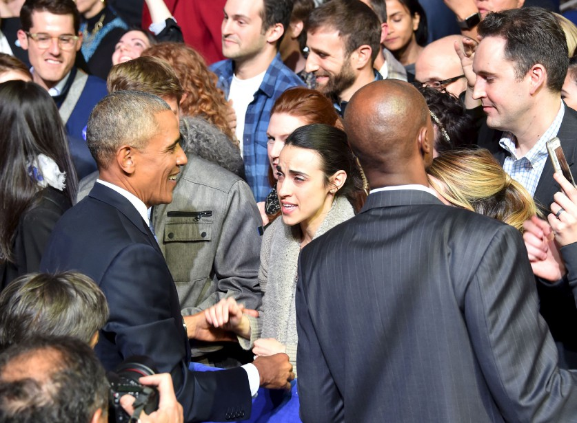 Barack Obama serre les mains d'une de ses partisanes après son discours. (AFP)